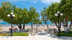 Sulla spiaggia, cabine (a pagamento), lettini da mare, ombrelloni