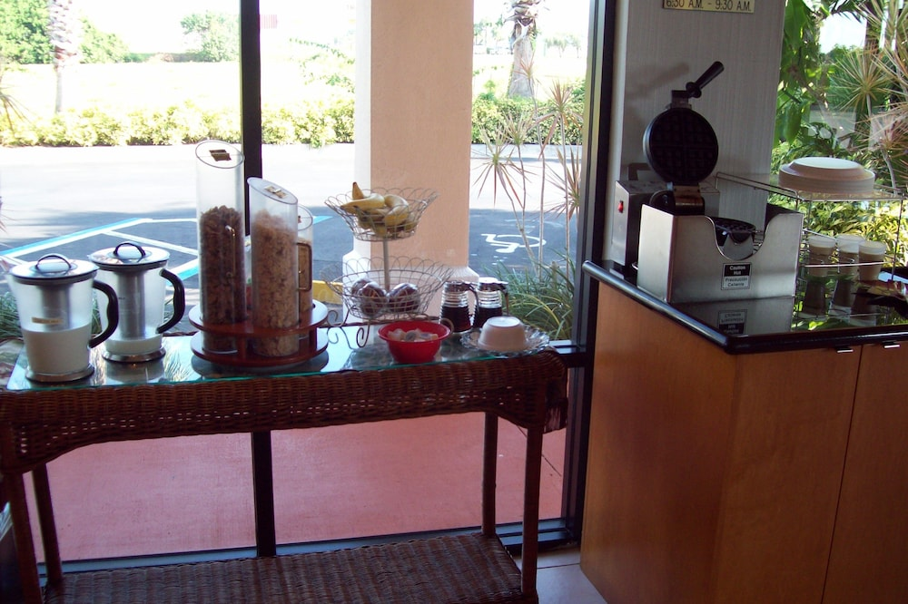 Breakfast Area, Best Western Lake Okeechobee