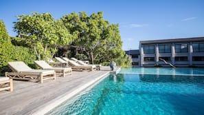 Een binnenzwembad, 2 buitenzwembaden, ligstoelen bij het zwembad