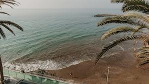 Ubicación cercana a la playa, toallas de playa y yoga en la playa