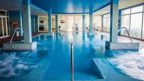 Piscina interna, 2 piscinas externas, guarda-sóis, espreguiçadeiras