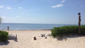 Praia particular, areia branca, barracas de praia (sobretaxa)