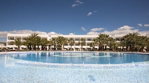 4 outdoor pools, open 10:00 AM to 6:00 PM, pool umbrellas, sun loungers