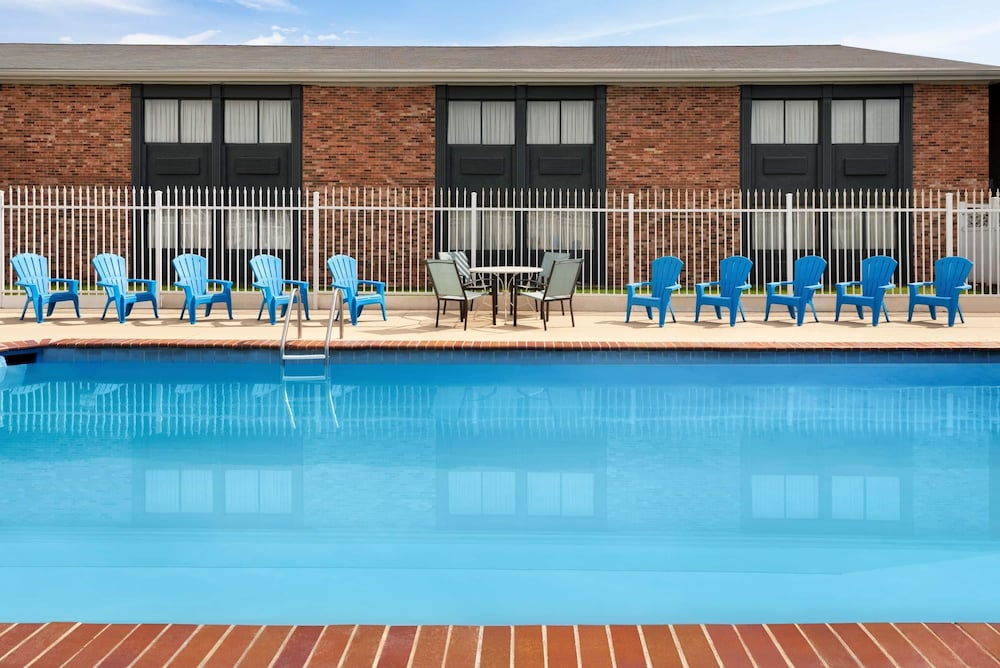 Pool, Super 8 by Wyndham Des Moines