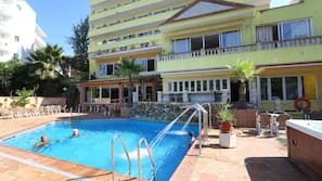 Una piscina al aire libre de temporada (de 10:00 a 20:00), tumbonas