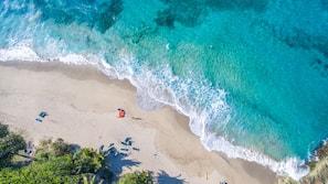 Aan het strand, parasols, strandlakens, massages op het strand