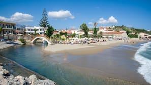 Chaises longues, parasols, serviettes de plage, snorkeling