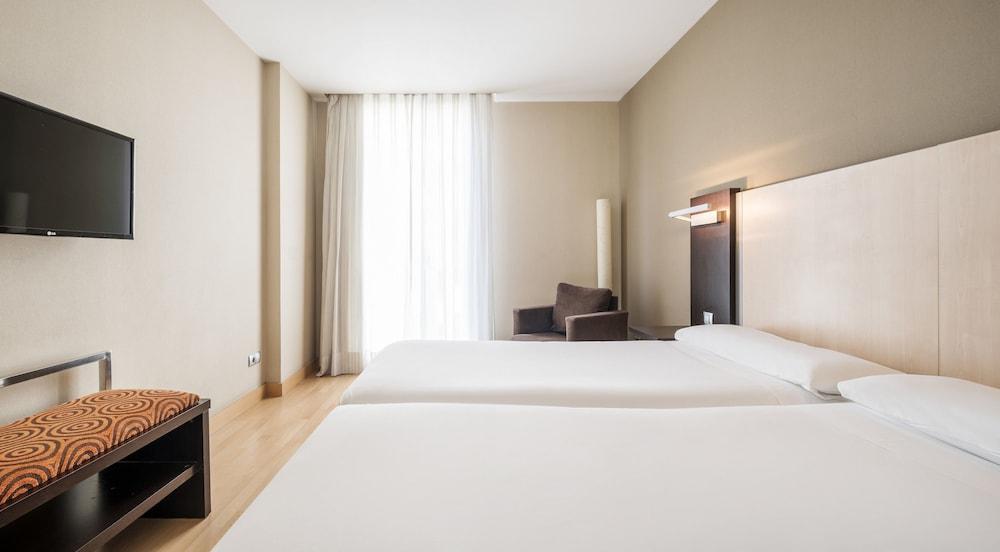 Book hotel ilunion auditori barcelona hotel deals - Hotel confortel auditori ...