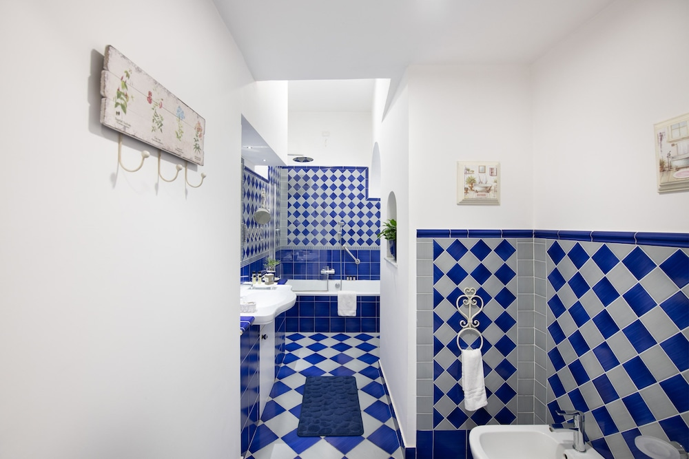 Bathroom, Grand Hotel Tritone