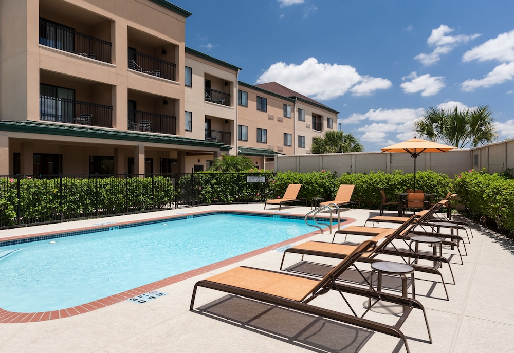 Outdoor Pool, Courtyard by Marriott Brownsville