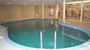 Una piscina cubierta, 2 piscinas al aire libre
