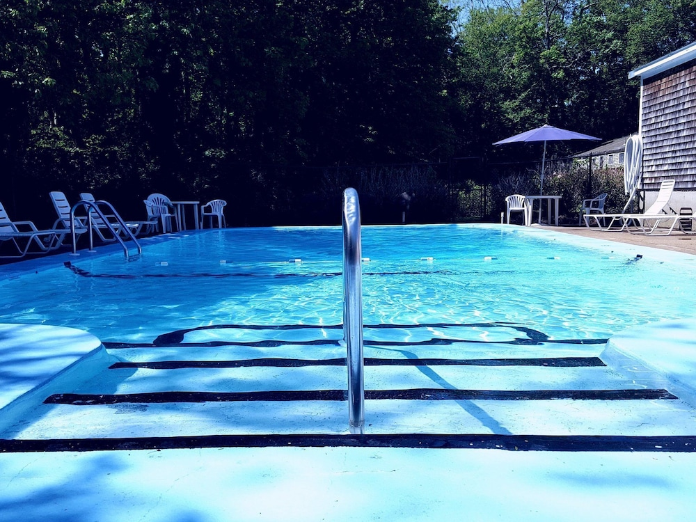 Outdoor Pool, Olde Tavern Motel And Inn