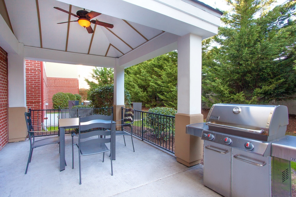 BBQ/Picnic Area, Candlewood Suites Virginia Beach Town Center, an IHG Hotel