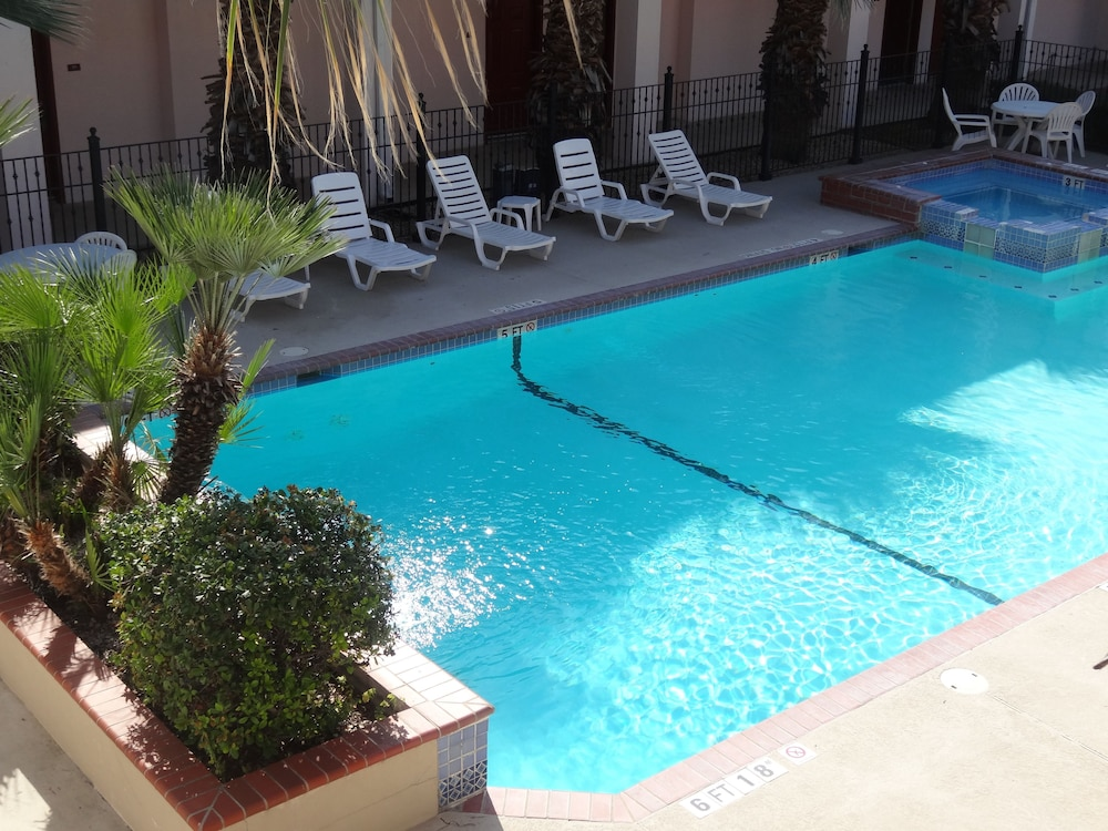 Outdoor Pool, Howard Johnson by Wyndham San Antonio/NW Medical Center