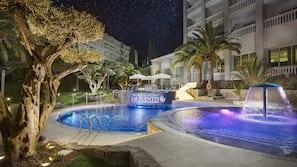 4 piscinas al aire libre (de 10:00 a 18:00), tumbonas