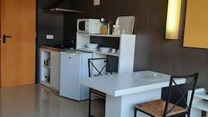 Kylskåp, mikrovågsugn, kaffe- och tebryggare och grytor/köksredskap