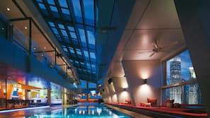 สระว่ายน้ำในร่ม เปิด 6:00 น. ถึง 19:00 น., เก้าอี้อาบแดดริมสระ