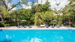 Una piscina al aire libre de temporada (de 9:00 a 19:00), tumbonas
