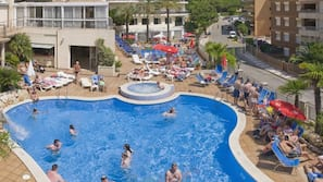 3 outdoor pools, pool loungers