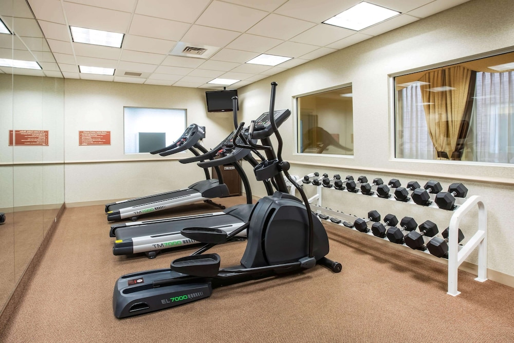 Fitness Facility, La Quinta Inn & Suites by Wyndham Islip - MacArthur Airport