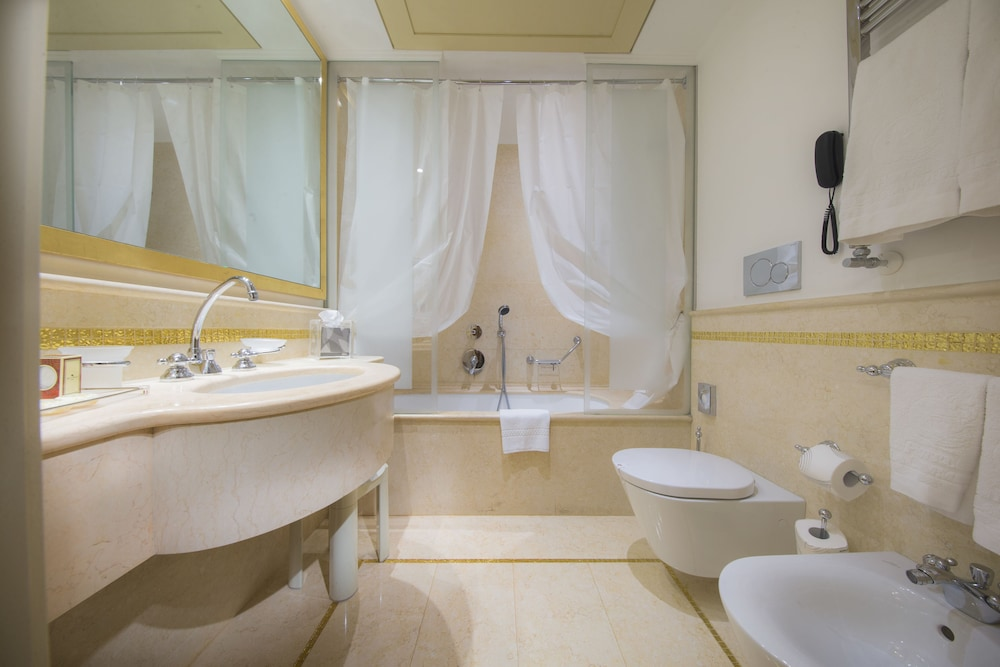 Bathroom, Hotel A LA Commedia