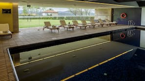 Piscine couverte, chaises longues