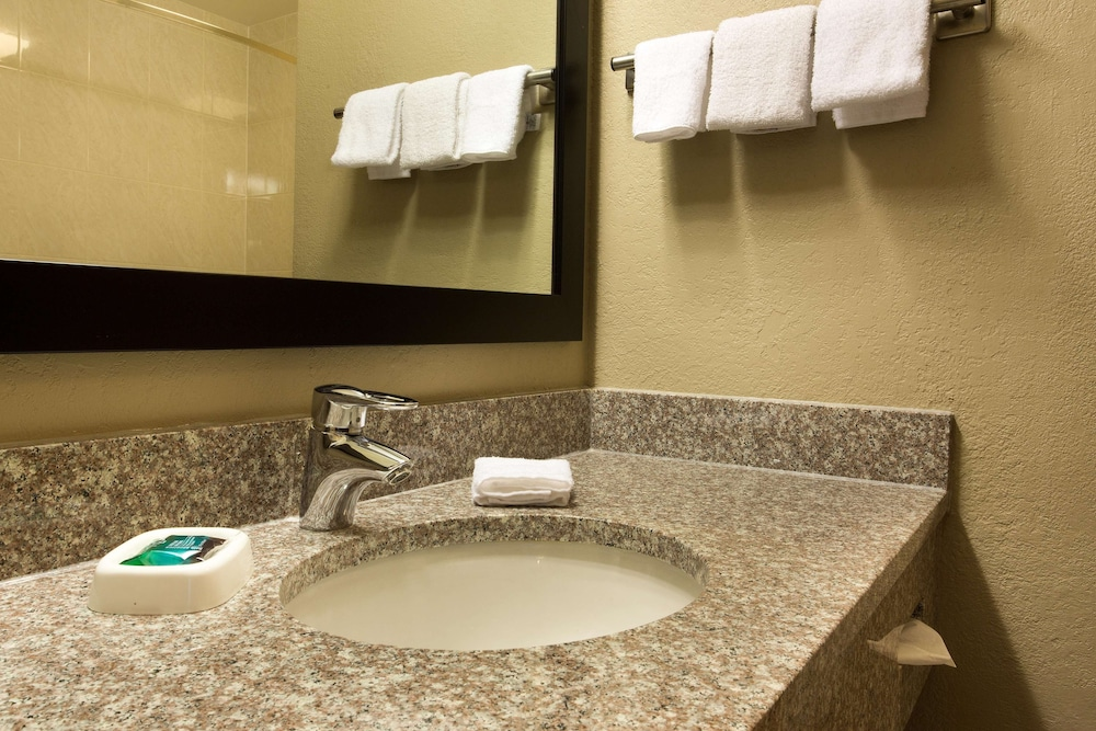 Bathroom, Drury Inn & Suites Cincinnati Sharonville