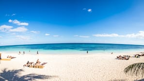 Playa privada, arena blanca, cabañas de uso gratuito y sombrillas
