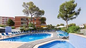 Una piscina al aire libre (de 9:00 a 20:00), sombrillas, tumbonas
