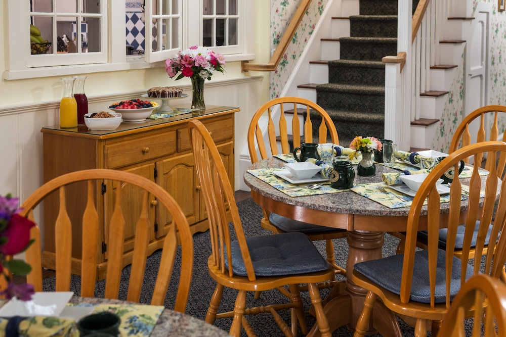 Breakfast Area, Old Harbor Inn