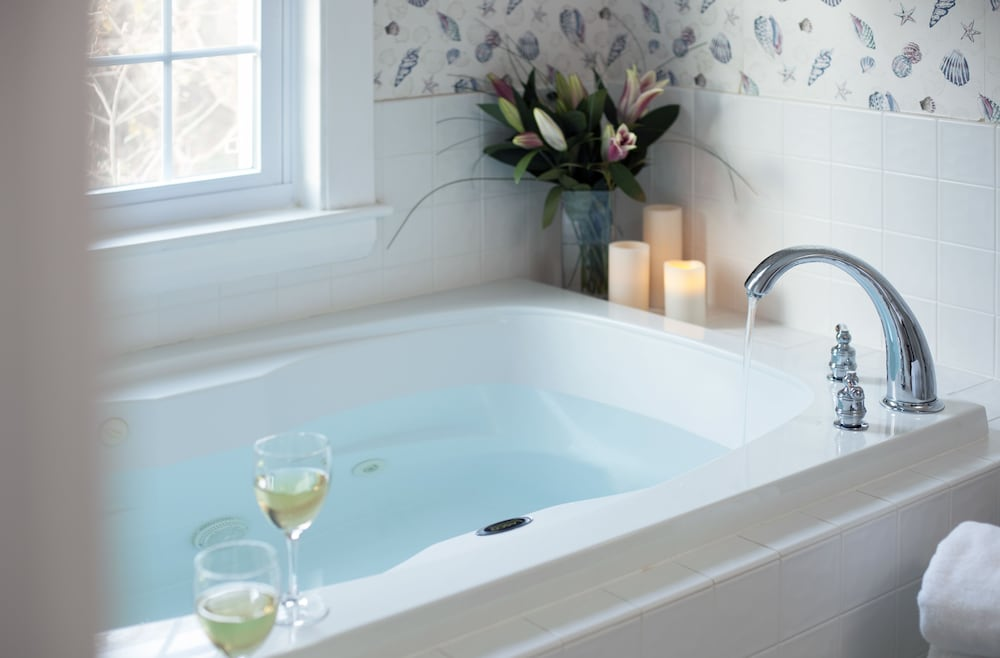 Deep Soaking Bathtub, Old Harbor Inn