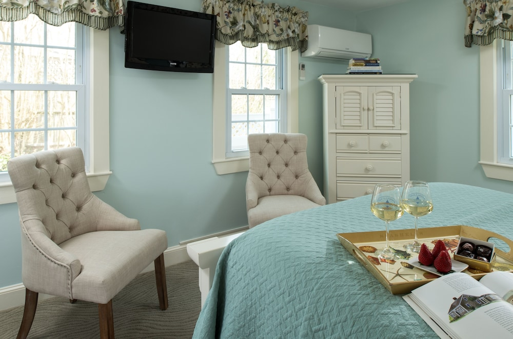 Room, Old Harbor Inn