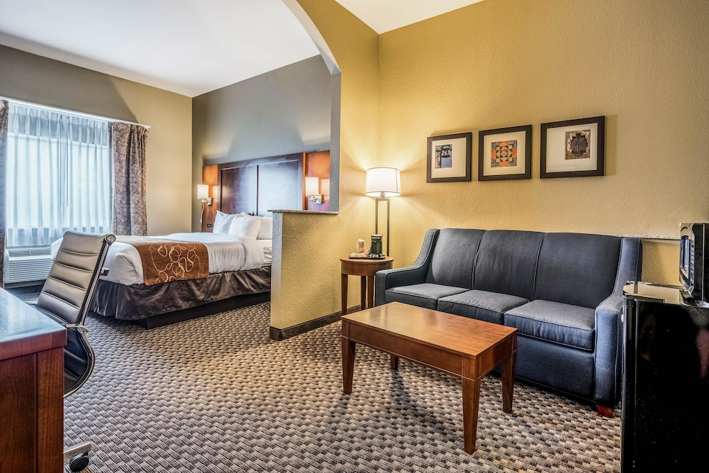 Room, Comfort Suites Near Texas State University