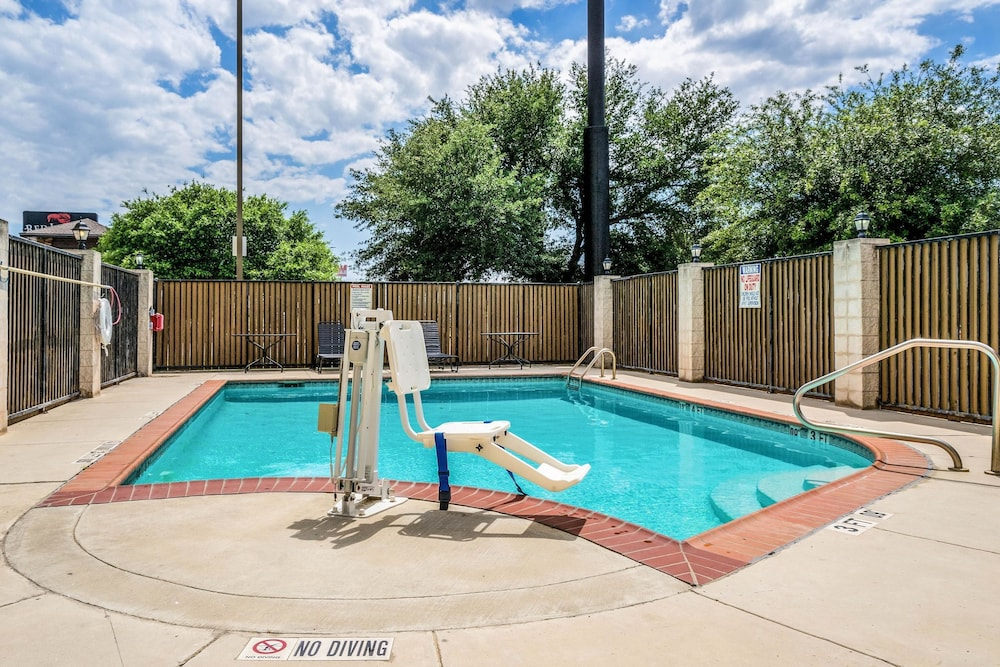 Pool, Comfort Suites Near Texas State University