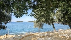 Am Strand, Liegestühle, Sonnenschirme, Motorbootfahrt