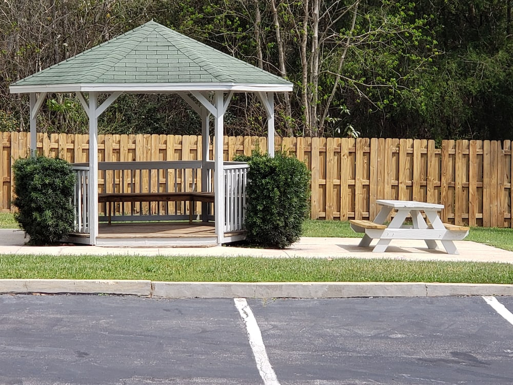 BBQ/Picnic Area, Best Western Plus Blue Angel Inn