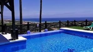 2 piscinas al aire libre (de 10:00 a 21:00), sombrillas, tumbonas