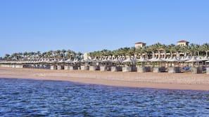 Sulla spiaggia, ombrelloni, teli da spiaggia, immersioni subacquee