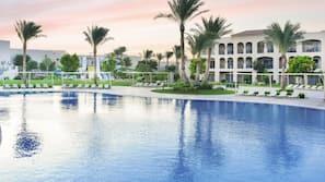 6 piscine all'aperto, ombrelloni da piscina, lettini