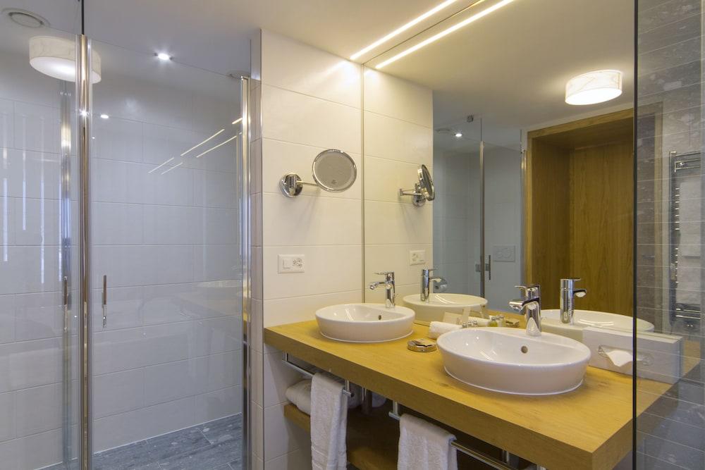 Hotel des bains de saillon sion route du centre thermal for Hotel des bains saillon suisse