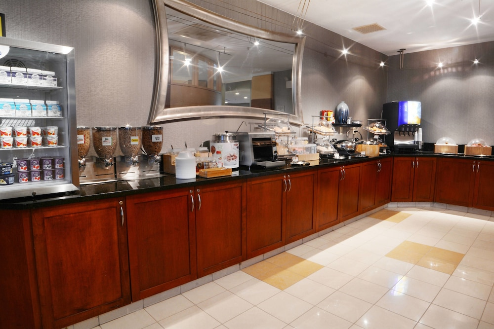 Breakfast buffet, SpringHill Suites by Marriott Dulles Airport