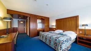 Een kluis op de kamer, een bureau, babybedden, extra bedden