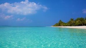 Am Strand, weißer Sandstrand, Strandtücher, Wasserski
