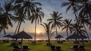 Plage, sable blanc, parasols, serviettes de plage