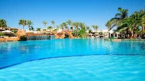 Piscina coperta, 5 piscine all'aperto, lettini