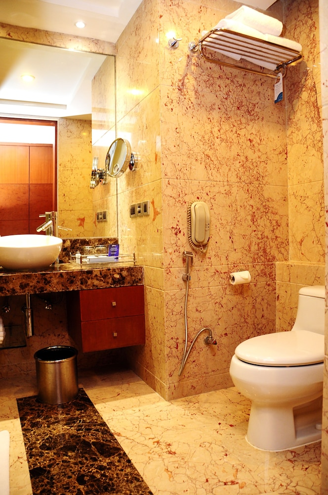 Bathroom, Radisson Blu Plaza Delhi Airport