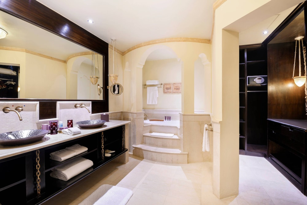 Bathroom, Sharq Village & Spa, a Ritz-Carlton Hotel