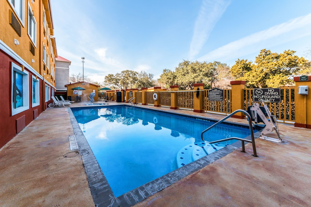 Outdoor Pool, Quality Inn & Suites SeaWorld North