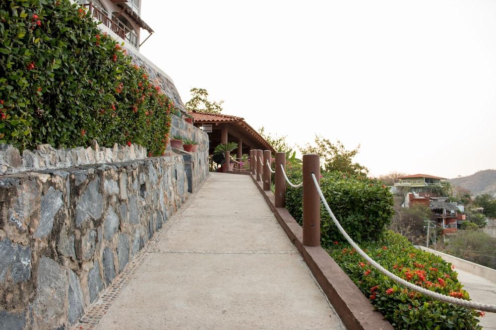 Book hotel villas el morro zihuatanejo hotel deals for Villas el morro
