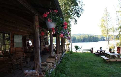 Kiwassa Lake Bed & Breakfast and Cabins